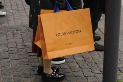 有路易威登购物袋的顾客 免版税库存图片