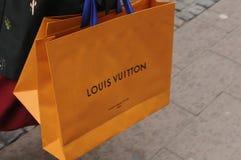 有路易威登购物袋的顾客 免版税库存照片