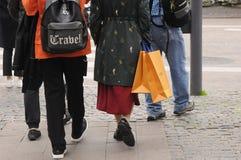 有路易威登购物袋的顾客 库存照片