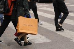 有路易威登购物袋的顾客 图库摄影