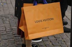 有路易威登购物袋的顾客 库存图片