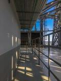 有路轨和输送管道的走廊在大厦屋顶的天花板  库存图片