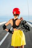 有路辗的体育妇女在高速公路 免版税库存图片