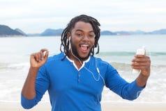有跳舞在海滩的dreadlocks的非裔美国人的人 免版税库存图片