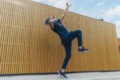 有跳舞在街道的蓝色dreadlocks的年轻人reggaeton 库存照片