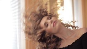 有跳舞在阳光下的星耳环的华美的深色的夫人 股票视频