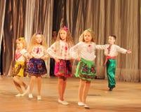 有跳舞在阶段的伤残的孩子 库存照片