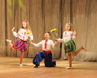 有跳舞在阶段的伤残的孩子 免版税库存照片