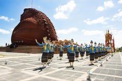 有跳舞泰国样式雕象的妇女舞蹈家的蟾蜍博物馆在Phaya Tan公园 免版税库存图片