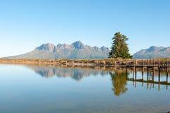 有跳船的水坝有Helderberg的在背景中 图库摄影