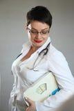 有身体标度的医生 重量问题 免版税库存照片