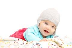 有躺下的帽子的女婴 免版税库存照片