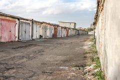 有车库的离开的街道 库存图片
