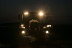 有车灯的拖拉机在夜间 库存照片