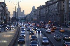有车的城市道路 免版税库存照片
