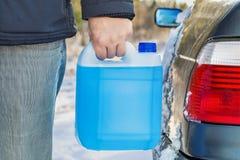 有车窗洗涤的流动近的汽车的人 免版税库存图片