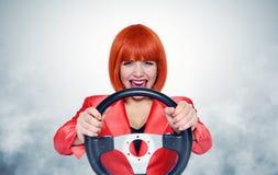 有车轮和烟的红头发人女孩 免版税库存图片