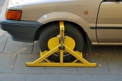 有车轮固定夹的汽车 免版税库存照片