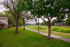 有轨道和绿色草坪草的小河公园 库存图片