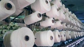 有转动在工厂机器的螺纹的许多短管轴 工业织品生产线 股票录像