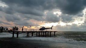 有转动的刀片的直升机在有人的码头风雨如磐的海滨的在slo mo 影视素材