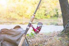 有转动的卷轴的钓鱼竿 免版税库存照片