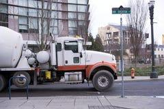 有转动的桶的半拖拉机混凝土的运输的 免版税库存图片