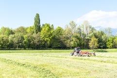 有转台式犁耙的拖拉机 免版税库存照片