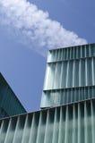 有转换轨迹飞机的摩天大楼 库存图片