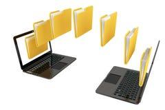 有转移在每othe之间的文件夹的两台便携式计算机 库存照片