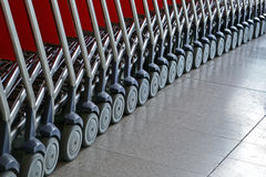 有轮子堆的银色小的台车皮箱运输的, 免版税库存图片