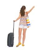 有轮子袋子传染性的出租汽车的旅游妇女 免版税库存图片