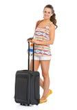 有轮子袋子的微笑的旅游妇女 免版税库存照片