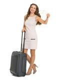 有轮子袋子的微笑的年轻旅游妇女 免版税图库摄影