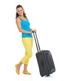 有轮子袋子的愉快的年轻旅游妇女 免版税库存图片