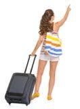 有袋子的旅游妇女指向在拷贝空间的 库存图片