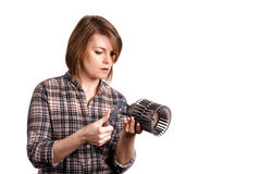 有轮尺的女孩技工测量一个汽车细节 库存照片