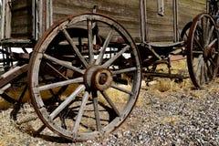 有轮幅轮子的老木无盖货车 免版税库存照片