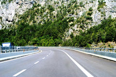 有轮的二路式的车行道-高速公路 免版税库存照片