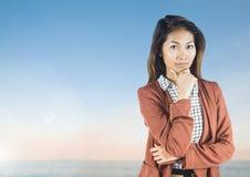 有软的天空的女实业家 免版税库存照片
