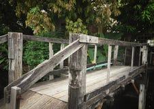 有软的焦点看起来的木桥梁葡萄酒图片 免版税库存照片