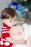 有软的玩具的小女孩 库存照片