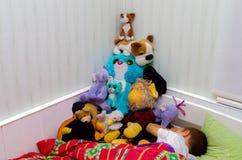 有软的玩具的睡觉的孩子 库存图片