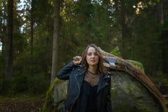 有轴的美丽的妇女在森林里 库存照片