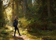 有轴的美丽的妇女在森林里 库存图片