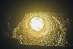 有轻和黑暗的框架的砖隧道 免版税图库摄影
