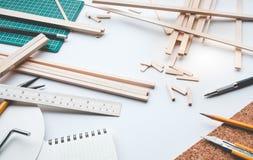 有轻木材料的工作台 Diy,设计项目,发明 免版税图库摄影
