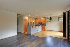 有轻的木细木家具的小紧凑厨房室 库存照片