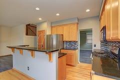 有轻的木细木家具的小紧凑厨房室 免版税库存照片