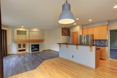 有轻的木细木家具的小紧凑厨房室 图库摄影